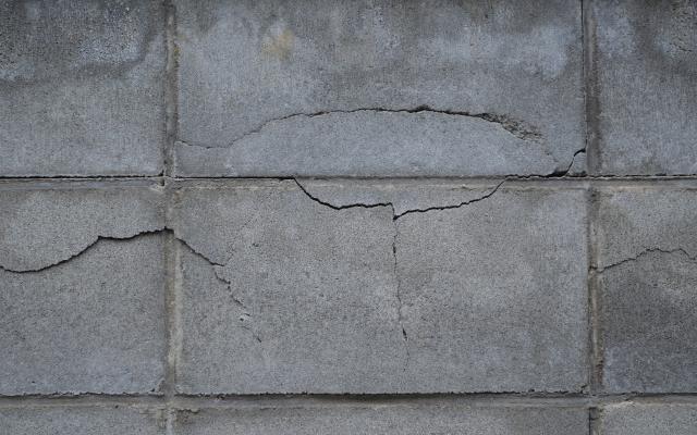 ヒビの入ったブロック塀